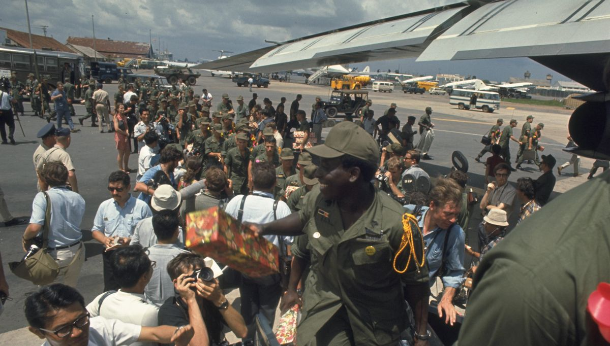 写真・図版 : 1969年6月8日、南ベトナムのグエン・バン・チュー大統領とニクソン米大統領が会談し、共同記者会見で南ベトナムの米軍の段階的撤退を発表。8月までに第1陣約2万5000人を引き揚げさせた。写真は7月8日、サイゴン郊外のタンソンニュット空港でC141輸送機に乗り込み母国に向かう米兵たち