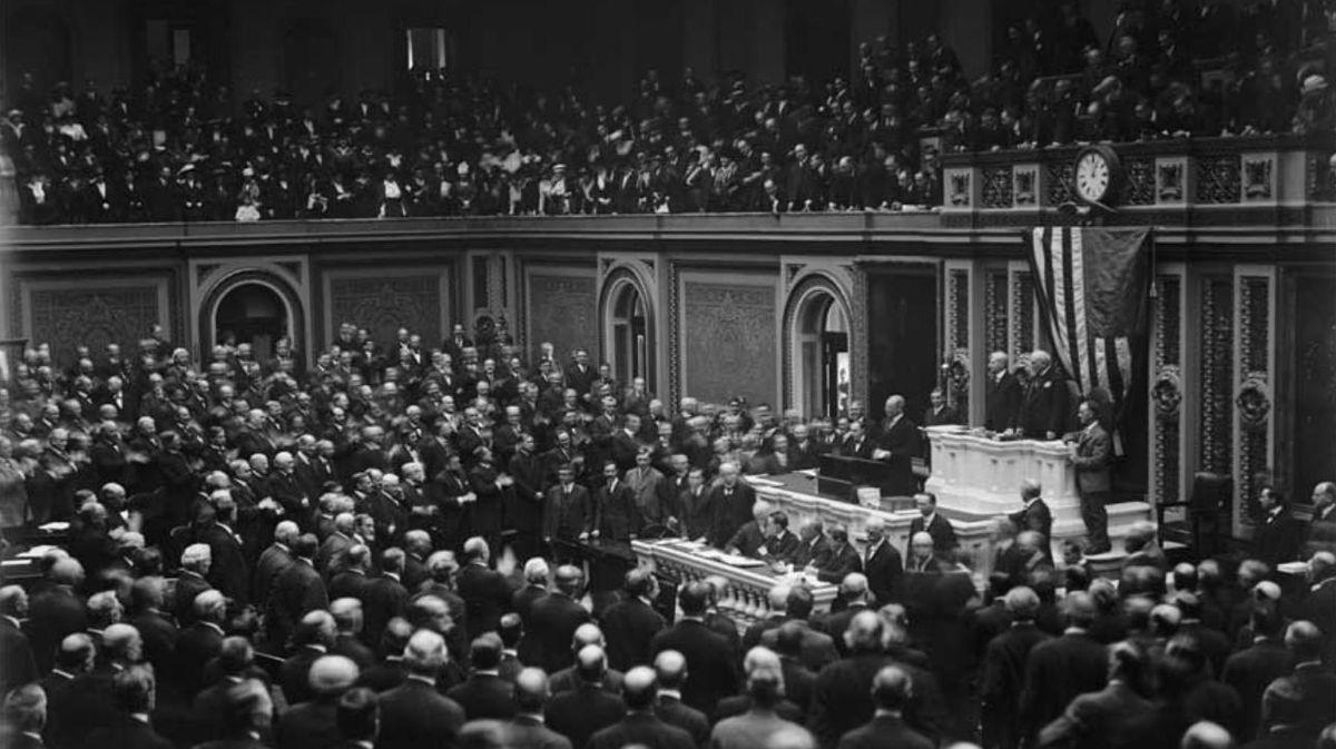 写真・図版 : 「十四か条の平和原則」を連邦議会の演説で発表するウイルソン米大統領。第1次世界大戦の講和原則と大戦後の国際秩序の構想を全世界に提唱した=1918年1月8日(Shutterstock.com)