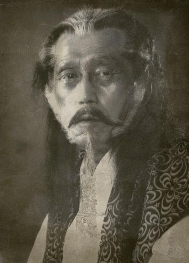 自身の原作「眠狂四郎」のテレビドラマに、狂四郎(田村正和)の師匠「高輪の錬翁」役で出演することになり、メーキャップした小説家・柴田錬三郎=1972年11月