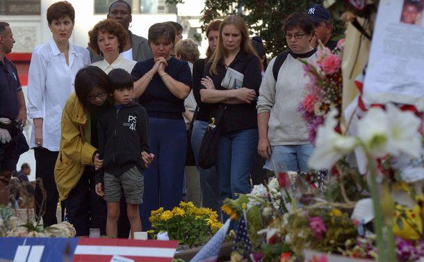 同時多発テロ事件から1週間後の2001年9月18日、最初の旅客機激突の時刻に犠牲者を悼んで祈りを捧げる人々(浅野哲司撮影)