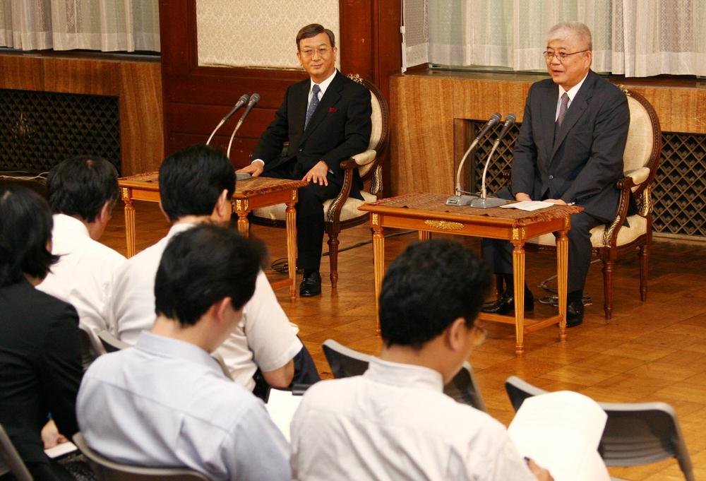2006年、秋篠宮家の長男・悠仁さま誕生の際、記者会見する金澤一郎氏(右)