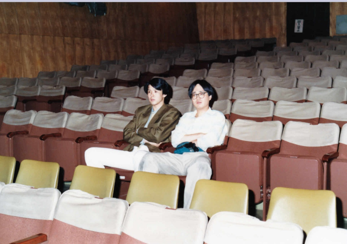 写真・図版 : 劇団善人会議が紀伊国屋ホール(東京・新宿)で初めて上演した時の筆者(左)と劇団員の六角精児=1987年