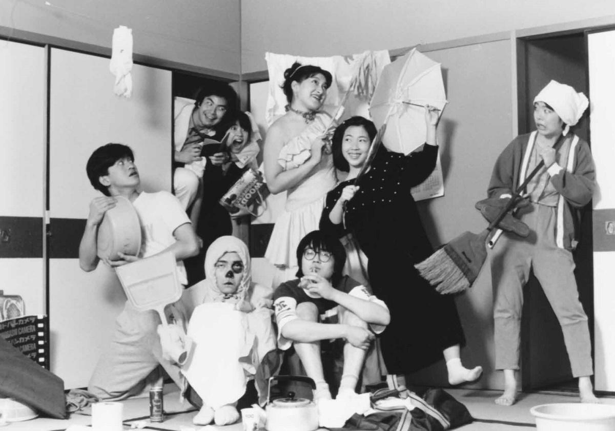 写真・図版 : 劇団善人会議(現・扉座)の『まほうかついのでし』(1986年)の宣伝写真。六角精児演じる孤独な青年の住むアパートが、ノアの箱舟になるストーリーで、ザ・スズナリで上演した。作品をイメージしたこうした写真が雑誌の演劇欄などを飾った。
