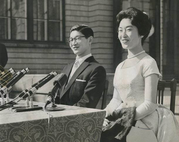 結婚式を終え記者会見する島津久永と妻の島津貴子 1960年3月10日東京・高輪の光輪閣で