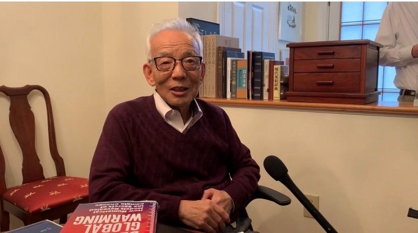 写真・図版 : ノーベル物理学賞の受賞が決まり、自宅でインタビューに答える真鍋淑郎さん