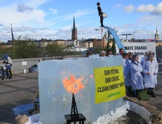 写真・図版 : 化石燃料が氷河を解かす様子を表した模型=2013年IPCCが第5次報告書を公開したストックホルムの会場付近
