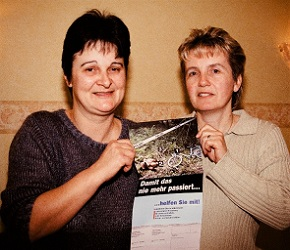 国民発議を行なった被害女性の母・アニタさん(左)とその姉のドリスさん。手にしているのは、娘が襲われた事件現場の写真を載せた自作のリーフレット=筆者撮影