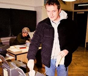 ほとんどの有権者は事前の郵便投票を使い、投票所に足を運ぶ人はわずか。投開票日の正午には締め切りとなる。チューリヒ市内の投票所で=筆者撮影