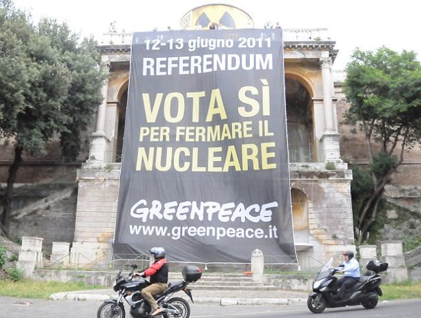 写真・図版 : 2011年6月の原発をめぐるイタリアの国民投票では、環境保護団体グリーンピースが、放射性廃棄物用ドラム缶の巨大模型とともに、ローマ市内を一望できるピンチョの丘に掲げた