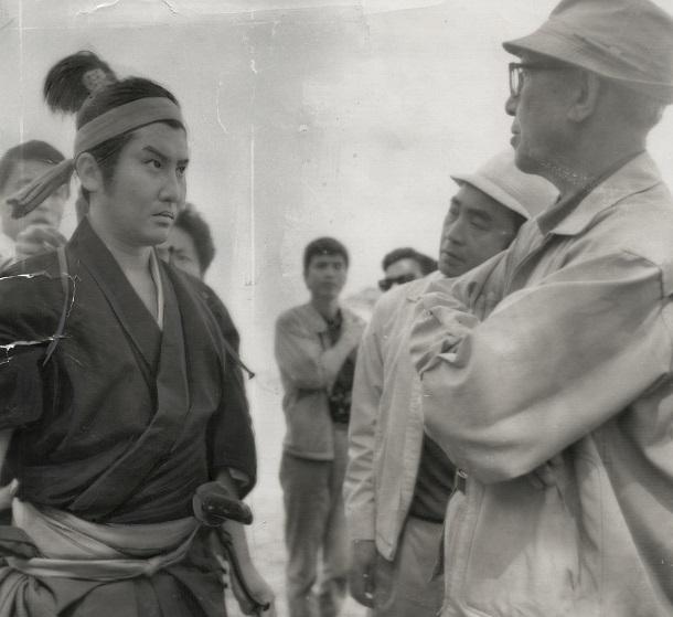 映画「宮本武蔵」のロケ風景。最後の撮影で打合せをする中村錦之助(左)と内田吐夢監督(右)