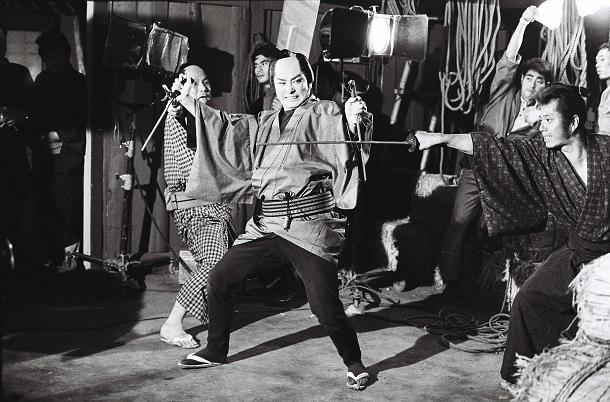 写真・図版 : 大川橋蔵主演「銭形平次」の撮影現場=1967年