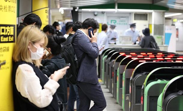 運転再開を待つ人で混み合うJR池袋駅=2021年10月7日午後11時45分、JR池袋駅
