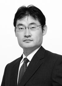 写真・図版 : <B>松浪 信也</B>(まつなみ・のぶや)<br> 1996年、東京大学法学部卒業。司法修習の後、2000年に西村総合法律事務所(現西村あさひ法律事務所)入所。2005年、ノースウェスタン大学ロースクール卒業(LL.M.)。2005~2006年、シュルティ・ロス・アンド・ゼイベル法律事務所(ニューヨーク)勤務。2006年にニューヨーク州弁護士登録。2009年より成蹊大学法科大学院非常勤講師(M&A関連法担当)。現在、M&A及び企業法務を専門とする。西村あさひ法律事務所パートナー。