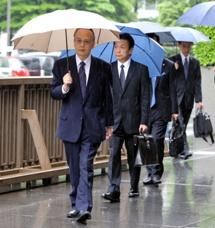 東京地裁に入るパロマ工業元社長の小林敏宏被告。後方は同社元品質管理部長の鎌塚渉被告=11日午後1時12分、東京・霞が関、長島一浩撮影