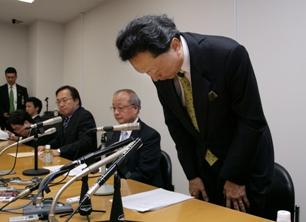 謝罪する民主党の鳩山代表=2009年6月30日夕、衆院第1議員会館、河合博司撮影