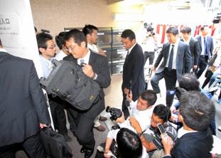 経営破綻した日本振興銀行本店に入る預金保険機構の職員ら=10日午前7時47分、東京都千代田区、水野義則撮影