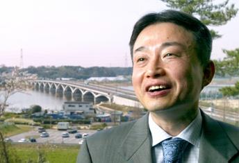 写真・図版 : 千葉県我孫子市長時代の福嶋浩彦さん