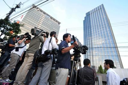 大阪地検が入るビル(右)前に集まった報道陣=1日午後5時30分、大阪市福島区、中里友紀撮影
