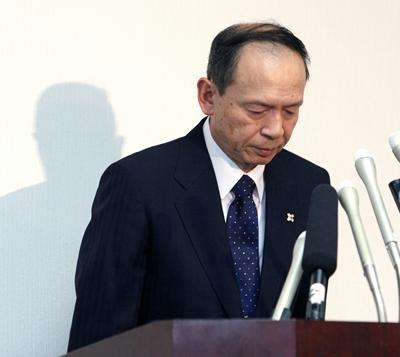 記者会見で頭を下げる大林宏検事総長=21日午後5時2分、東京・霞が関の最高検