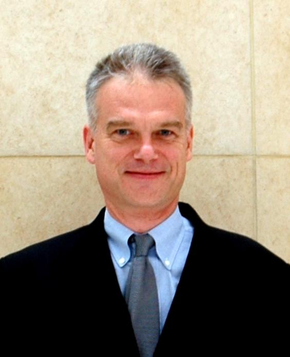 写真・図版 : <B>Stephen Givens</B>(スティーブン・ギブンズ)<br/> 外国法事務弁護士、米ニューヨーク州弁護士。ギブンズ外国法事務弁護士事務所(東京都港区赤坂)所属。<br/> 東京育ちで、1987年以降は東京を拠点として活動している。京都大学法学部大学院留学後、ハーバード・ロースクール修了。<br/> 日本企業に関わる国際間取引の組成や交渉に長年従事している。