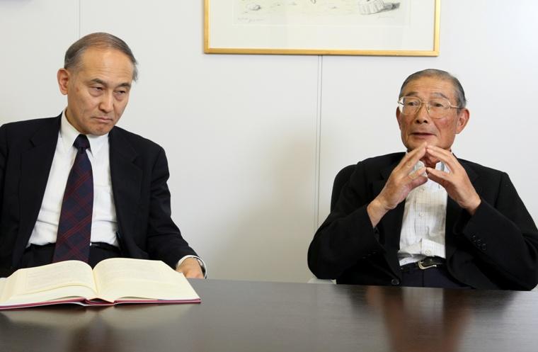 写真・図版 : 倉科弁護士(左)と大野木克信さん