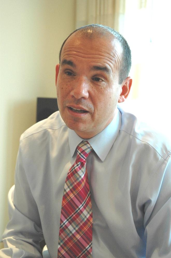 写真・図版 : インタビューに答えるウッドフォード氏=2011年11月3日午前11時15分、英ロンドンで