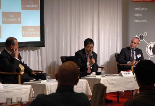 写真・図版 : シンポジウムで同席した元オリンパス社長のウッドフォード氏(左端)と雑誌「FACTA」の阿部重夫編集長、フィナンシャル・タイムズのジョナサン・ソーブル記者(右端)=2011年11月24日午後8時3分、東京都内で