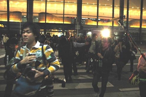 写真・図版 : 報道カメラマンらに囲まれながら成田空港から出てきたウッドフォード氏=2011年11月23日午後4時52分