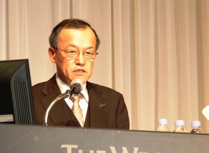 写真・図版 : 記者会見する高山修一オリンパス社長=2011年12月15日午後零時12分、東京都内で