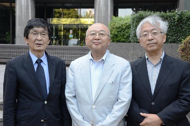 写真・図版 : 朝日新聞、毎日新聞、NHKでかつて「検察のレジェンド」を取材した記者たちが集まり、特捜検察とその報道、それらの裏の裏を今だから語り尽くす。左から松本正(朝日新聞から中央大学)、小俣一平(NHKから東京都市大学)、村山治(毎日新聞から朝日新聞)の各氏。東京・霞が関の検察庁舎前で。