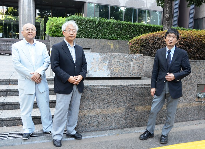 写真・図版 : 朝日新聞、毎日新聞、NHKでかつて「検察のレジェンド」を取材した記者たちが集まり、特捜検察とその報道、それらの裏の裏を今だから語り尽くす。左から小俣一平(NHKから東京都市大学)、村山治(毎日新聞から朝日新聞)、松本正(朝日新聞から中央大学)の各氏。東京・霞が関の検察庁舎前で。