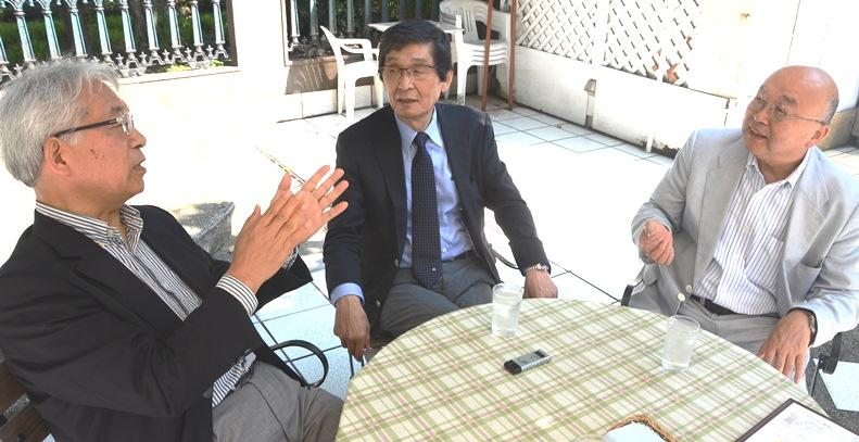 写真・図版 : 対談する3人。左から村山治、松本正、小俣一平の各氏。