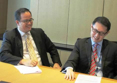 写真・図版 : リム氏(左)とウォン氏