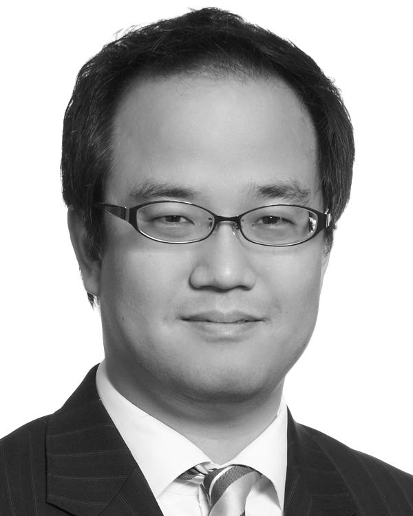 写真・図版 : <B>Eugene Lim</B>(ユージーン・リム)<BR/> ベーカー&マッケンジーのシンガポールオフィスで税務、貿易および資産管理グループの代表として執務。ベーカー&マッケンジーのアジア・パシフィック地域における貿易および通商グループを統括する。シンガポール、中国およびアジア・パシフィック地域における、国際貿易、国際税務プランニング、税務論争、間接税、関税および消費税、輸出規制、貿易制裁に関する案件を主に手掛ける。