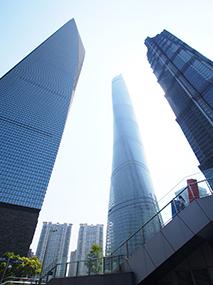 写真・図版 : 左が上海環球金融中心、中央が上海中心、右は金茂大厦(88階建て)