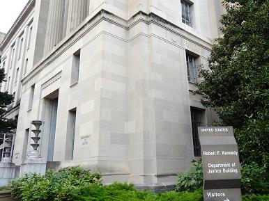 写真・図版 : 民主党政権のロバート・ケネディ元司法長官の名前を冠した米司法省のビル=米ワシントンDCで北島純撮影
