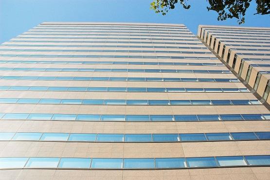 写真・図版 : 最高検、東京高検、東京地検が入る合同庁舎。右隣は法務省が入る合同庁舎で、各階はつながっている=東京・霞が関
