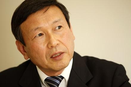 写真・図版 : 臨床試験規制について朝日新聞のインタビューに答える福島雅典氏=2010年11月撮影