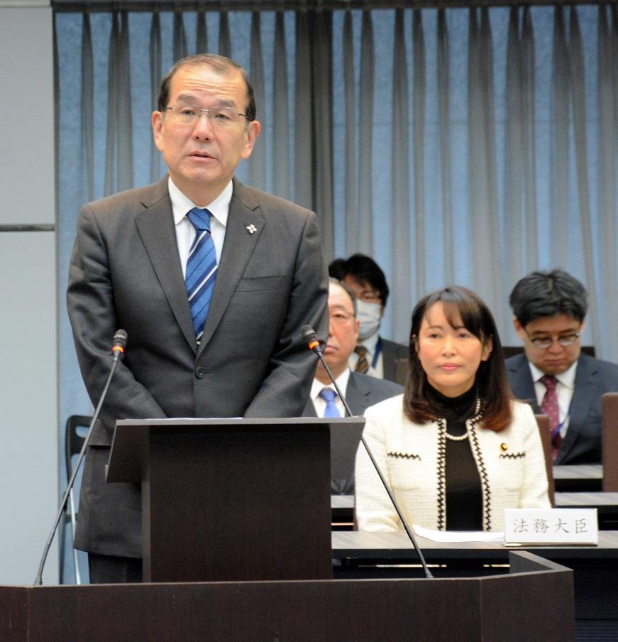 写真・図版 : 稲田伸夫・検事総長(左)と森雅子法相=2020年2月19日、東京・霞が関の法務省
