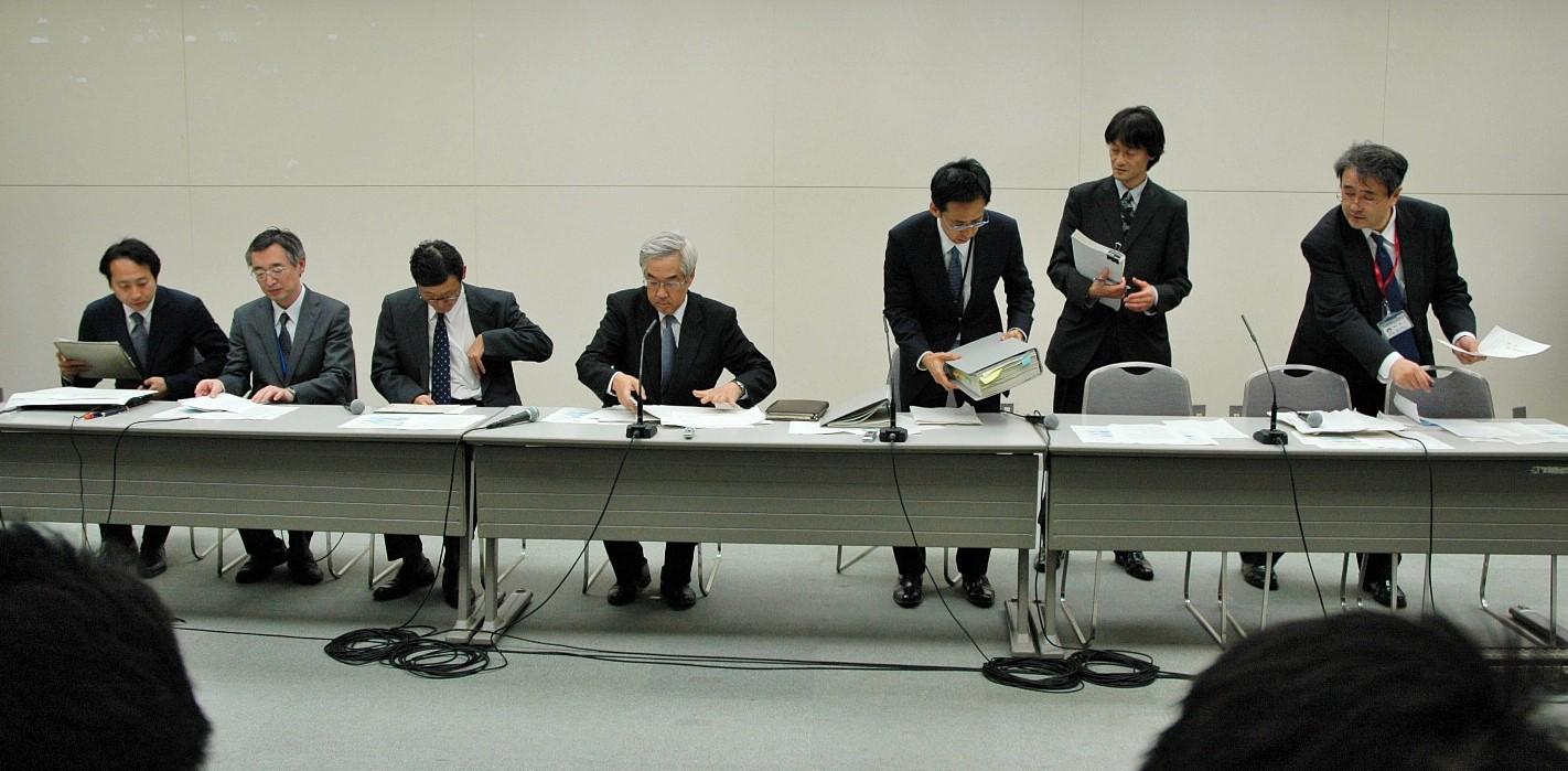 写真・図版 : 東京電力本店で記者会見に臨む同社の武藤栄副社長(左から4人目)ら=2011年3月14日午後8時38分、東京・内幸町で
