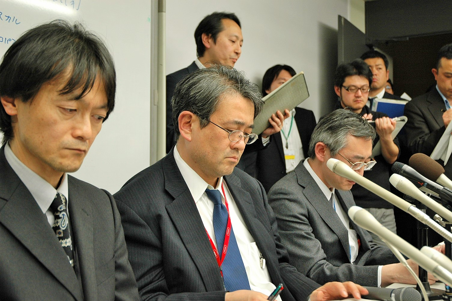 写真・図版 : 東京電力本店での記者会見=2011年3月15日午前1時16分、東京・内幸町で