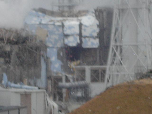 写真・図版 : 水素爆発で無残に壊れた福島第一原発3号機(左手前)、4号機(右奥)=2011年3月15日に東電社員が撮影し、同社が2013年2月1日に公表した写真
