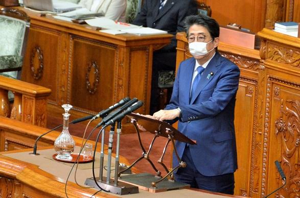写真・図版 : 首相として参院本会議で答弁に立つ安倍晋三氏