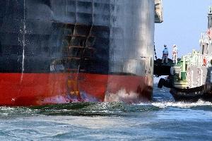 ホルムズ海峡のタンカー損傷事件、危機の深層