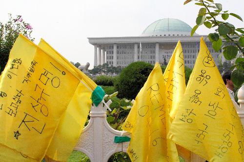 沈没事故半年、分裂する韓国社会